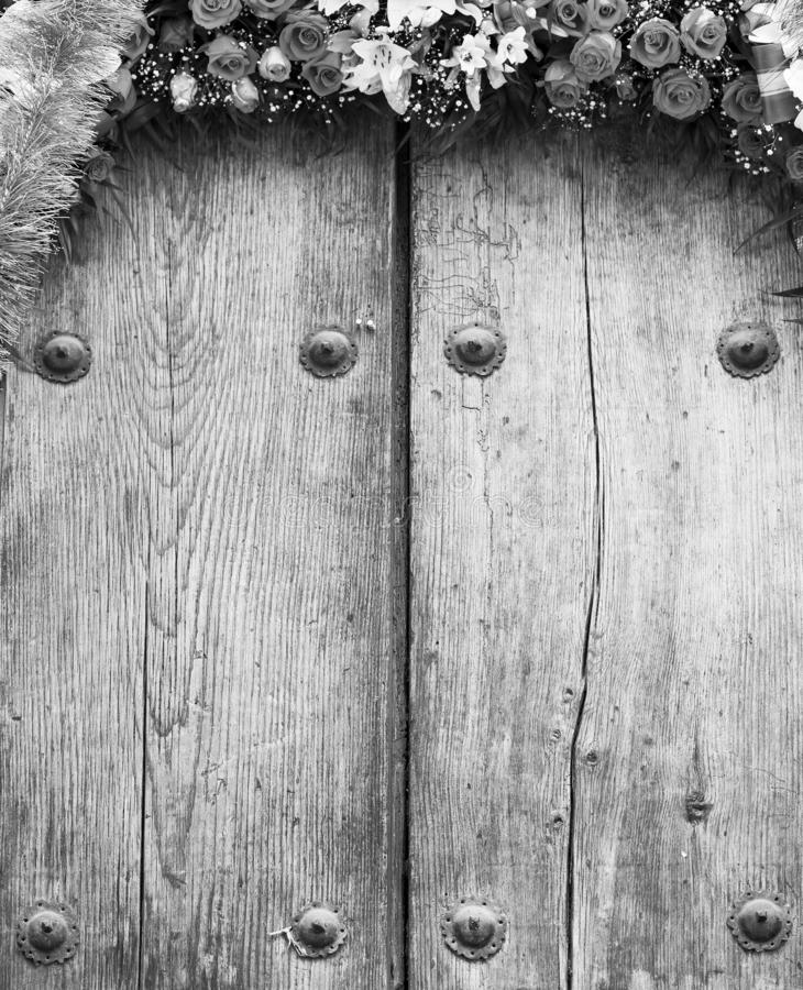 Composition florale sur le fond de bois de construction noir et blanc photos libres de droits