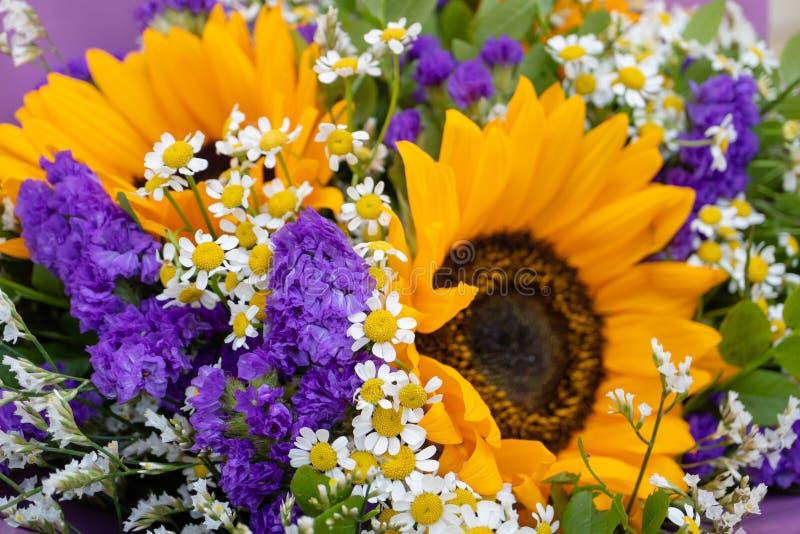 Composition florale, un bouquet avec des tournesols et marguerites de champ images libres de droits