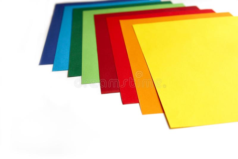Composition géométrique de plusieurs feuilles de papier de couleur vive Contexte approprié pour votre conception, présentation, b photographie stock libre de droits
