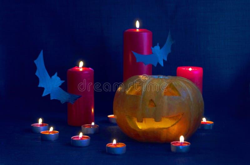"""Composition heureuse en fête de vacances de Halloween avec potirons de lanterne de Jack de l'O """", décorations de partie, battes e images stock"""