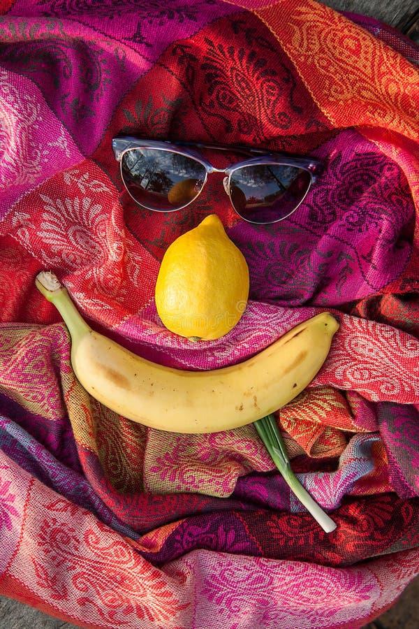 Composition peu commune des lunettes de soleil et des fruits images stock