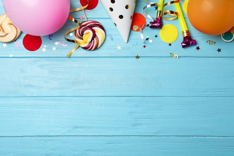 Composition plate en configuration avec des articles de fête d'anniversaire image stock