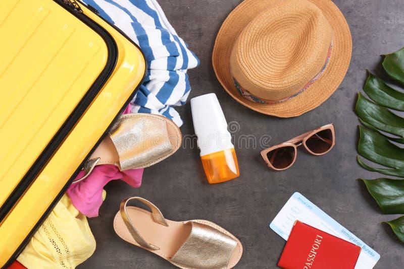 Composition plate en configuration avec des articles de valise et de plage image libre de droits