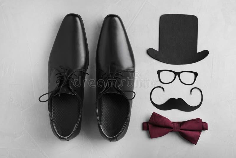 Composition plate en configuration avec des chaussures, noeud papillon photo stock