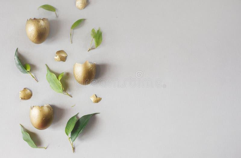 Composition plate en configuration avec des oeufs d'or Concept de P?ques photo stock