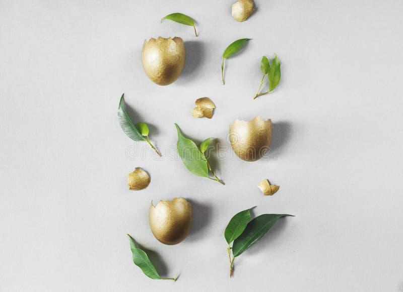 Composition plate en configuration avec des oeufs d'or Concept de P?ques photographie stock libre de droits