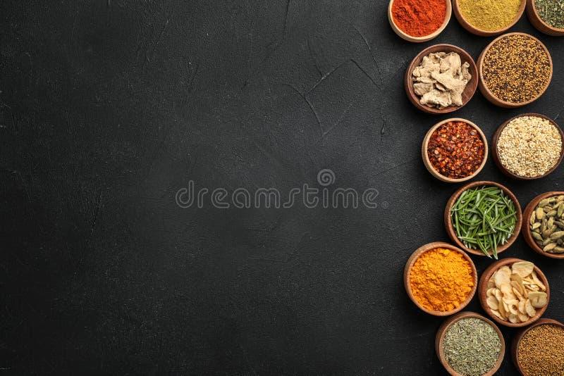 Composition plate en configuration avec différentes épices aromatiques photo stock
