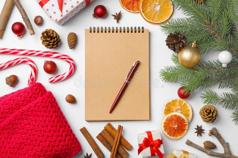 Composition plate en configuration avec le carnet et le décor de Noël images libres de droits