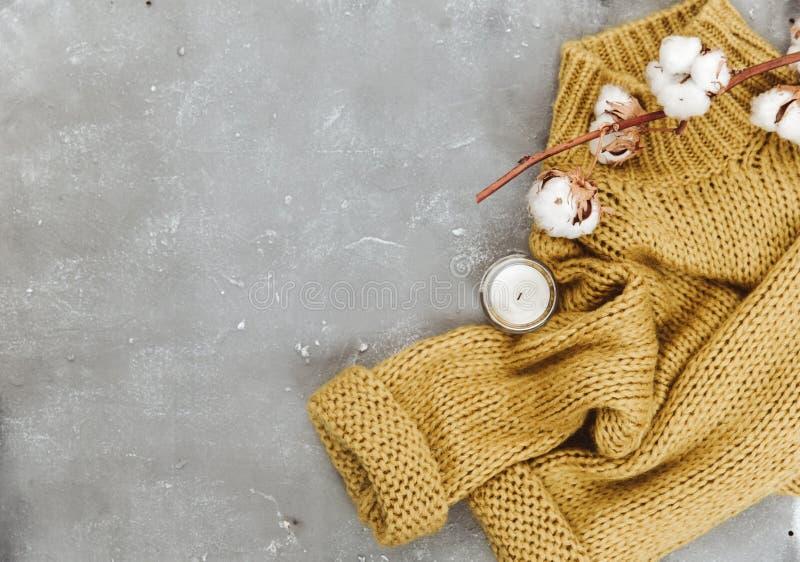 Composition plate en configuration avec le chandail et le coton chauds Concept de Blogger image libre de droits