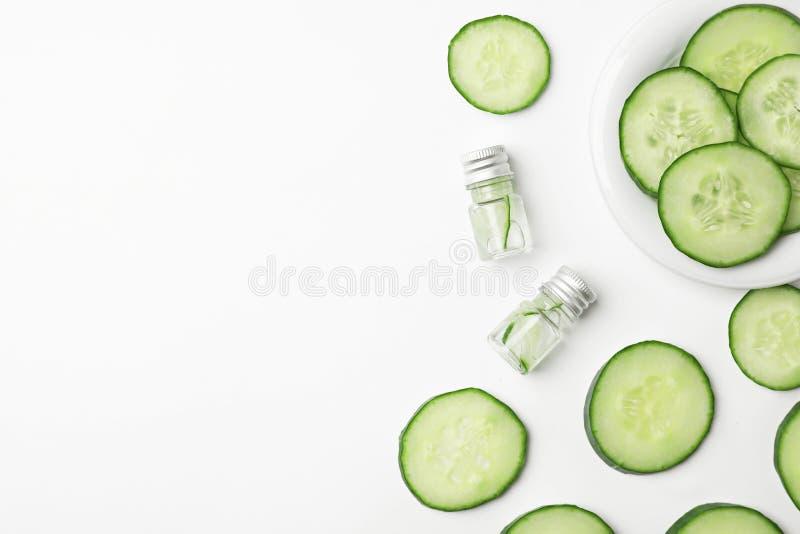 Composition plate en configuration avec soins de la peau frais de concombre photos stock