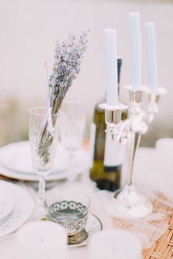 Composition réglée en belle table de mariage Tasse de fer près du support de bougie photographie stock libre de droits