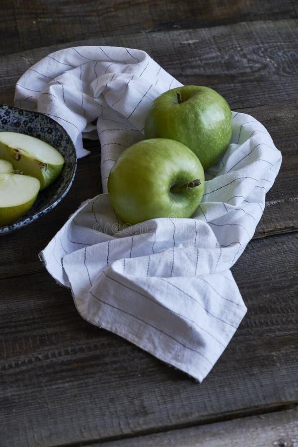 Composition rurale avec des pommes images stock