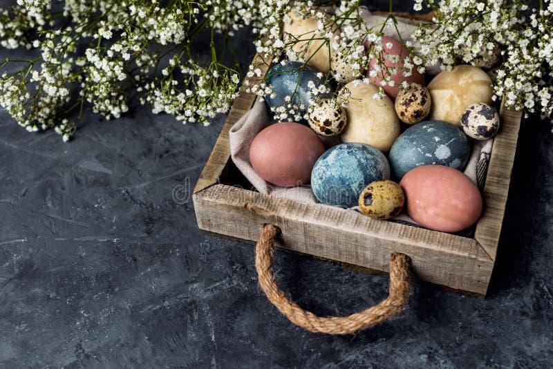 Composition rustique en style de fond minimal de Pâques de ressort - oeufs de pâques naturellement teints organiques images libres de droits