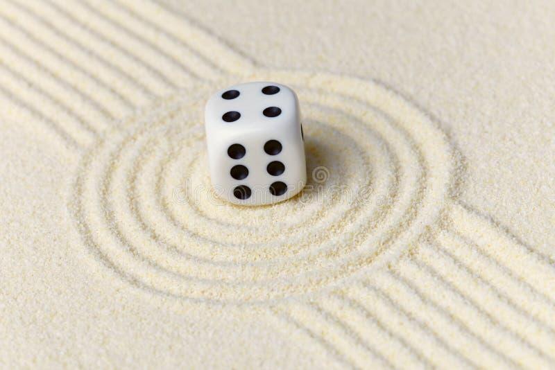 Composition sur le jardin de zen - sable, et matrices image stock