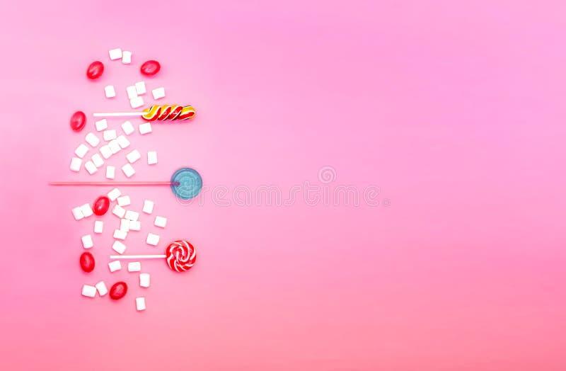 Composition ?tendue plate avec les lucettes et les guimauves d?licieuses et espace pour le texte sur le fond rose image stock