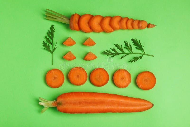 Composition ?tendue plate cr?ative avec les carottes m?res fra?ches photo libre de droits