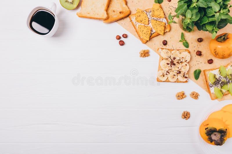Composition végétarienne saine étendue plate en petit déjeuner de cadre, l'espace de copie Tasse de café d'expresso sur la table  image stock