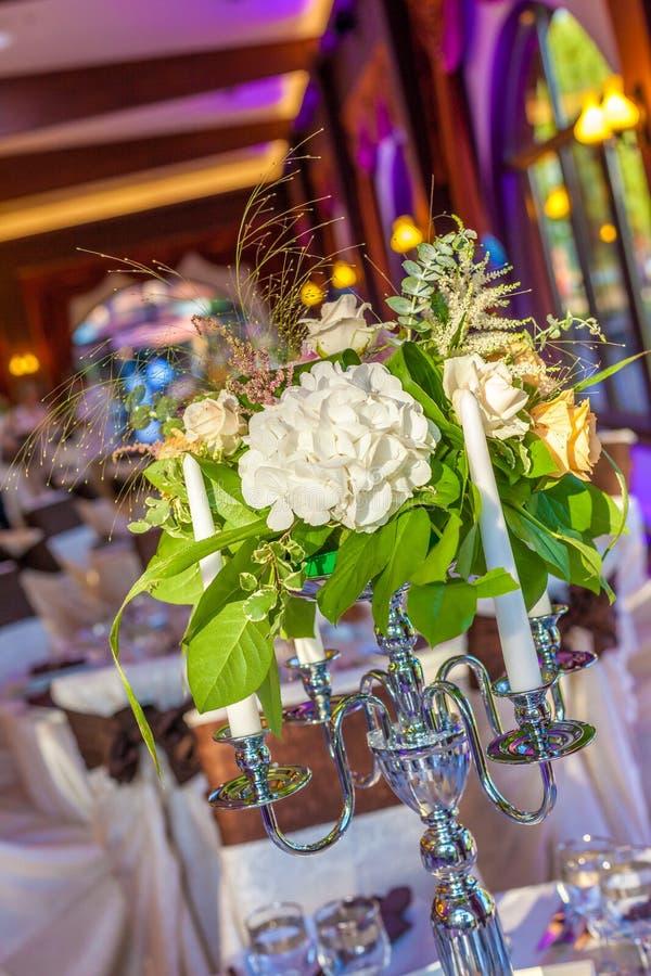Compositions florales en chandelier photo libre de droits