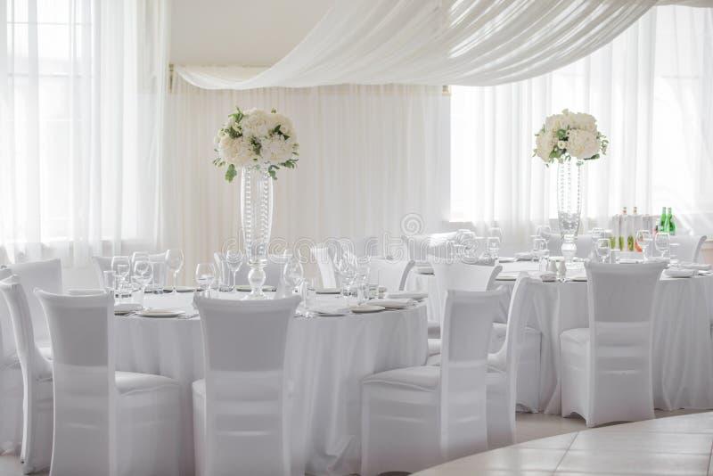 Compositions florales sur les tables photos stock