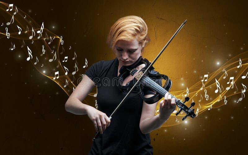 Compositor solo que juega en el violín foto de archivo libre de regalías