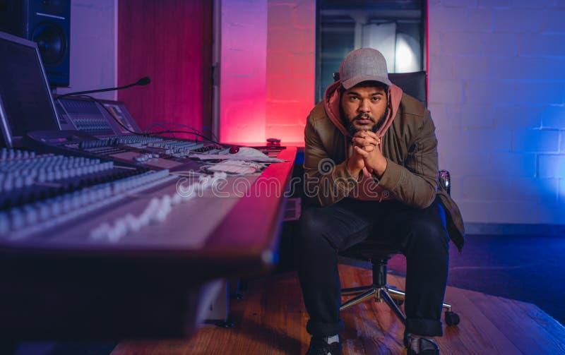 Compositore di musica in studio di registrazione sano fotografia stock libera da diritti