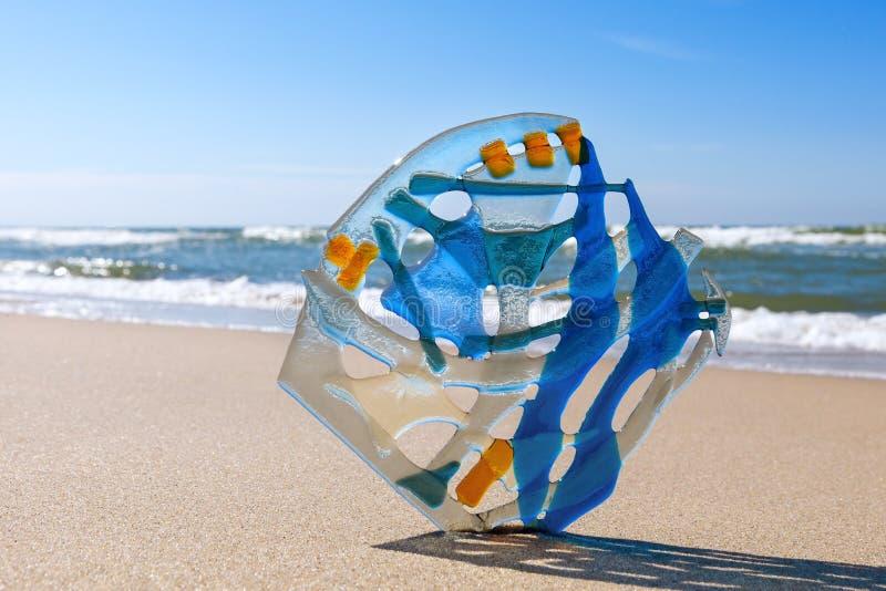 Composizione astratta di vetro colorato nei precedenti del mare fusione fotografia stock libera da diritti