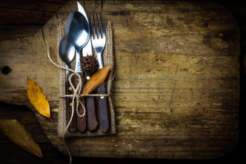 Composizione in Autumn Halloween Insieme rustico del coltello della coltelleria, cucchiaio, forcella fotografia stock libera da diritti