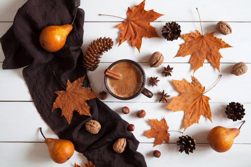 Composizione in autunno con la cannella calda del caffè della tazza fotografie stock libere da diritti