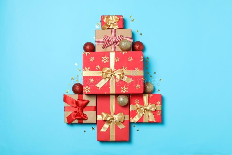 Composizione con caselle regalo su sfondo blu fotografia stock