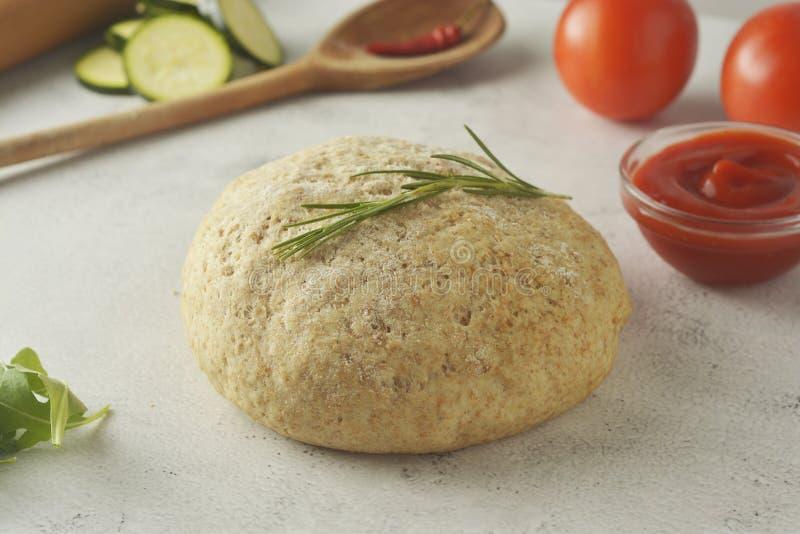 Composizione con dought crudo ed ingredienti freschi per pizza isolata su fondo bianco Copi lo spazio Ingredienti alimentari post fotografie stock