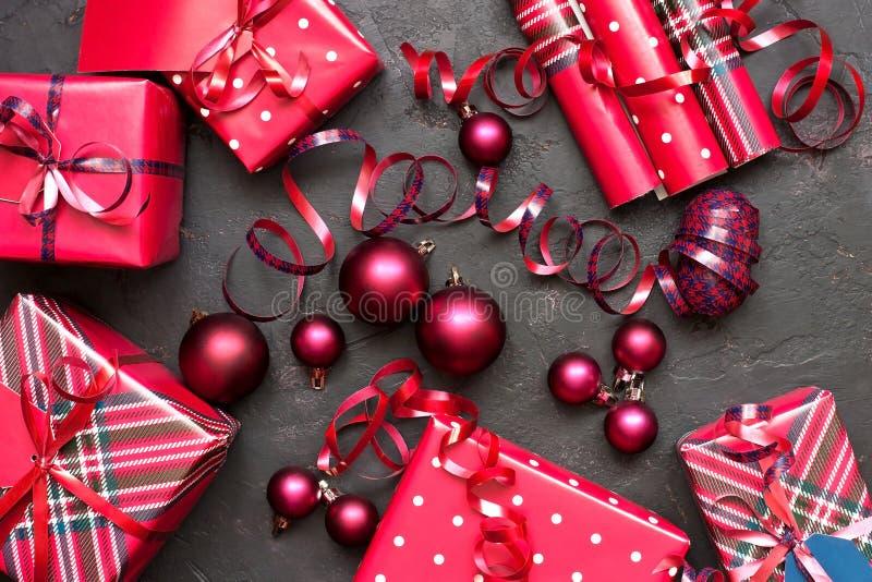 Composizione con i contenitori di regalo, fondo in Natale di festa fotografia stock libera da diritti