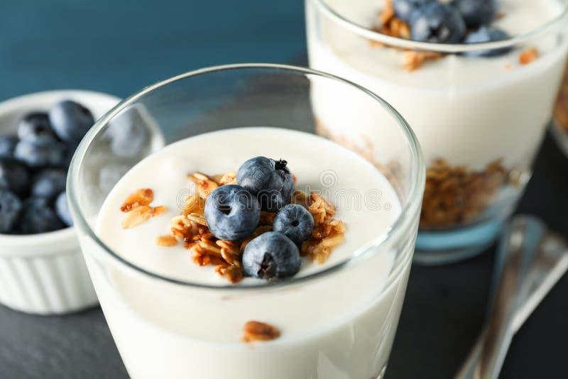 Composizione con i dessert dei parfait su fondo blu scuro immagine stock