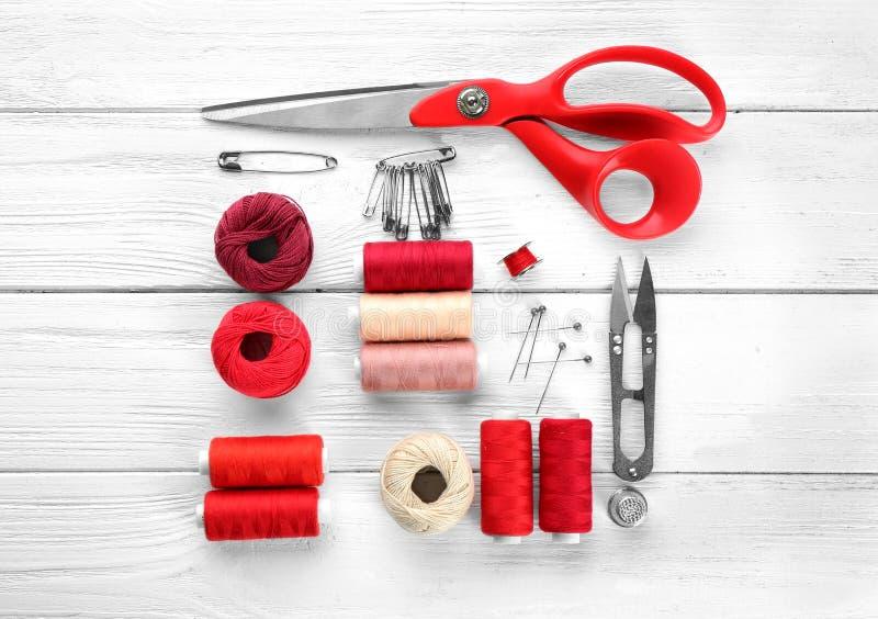 Composizione con i filati cucirini e gli accessori fotografia stock