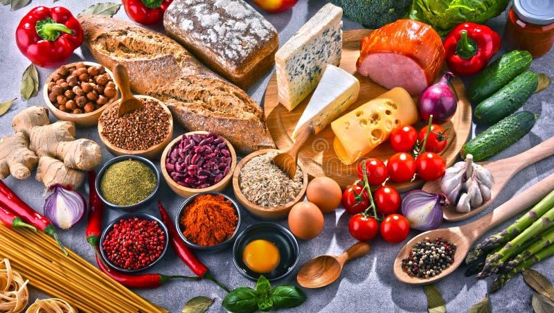 Composizione con i prodotti assortiti dell'alimento biologico sulla tavola fotografia stock