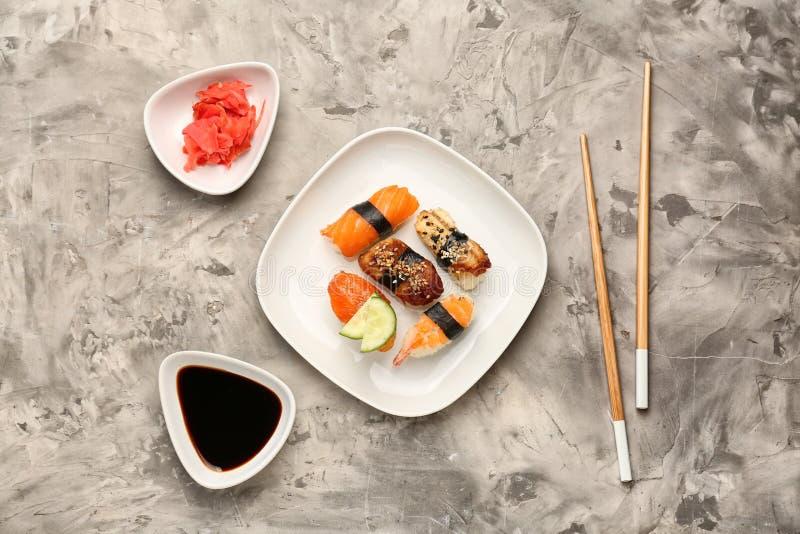 Composizione con i sushi saporiti sulla tavola immagini stock