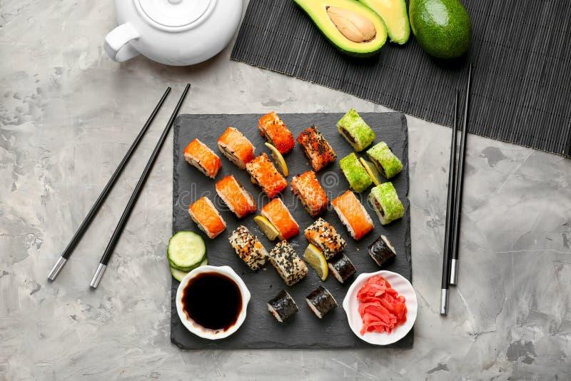 Composizione con i sushi saporiti sulla tavola fotografie stock libere da diritti