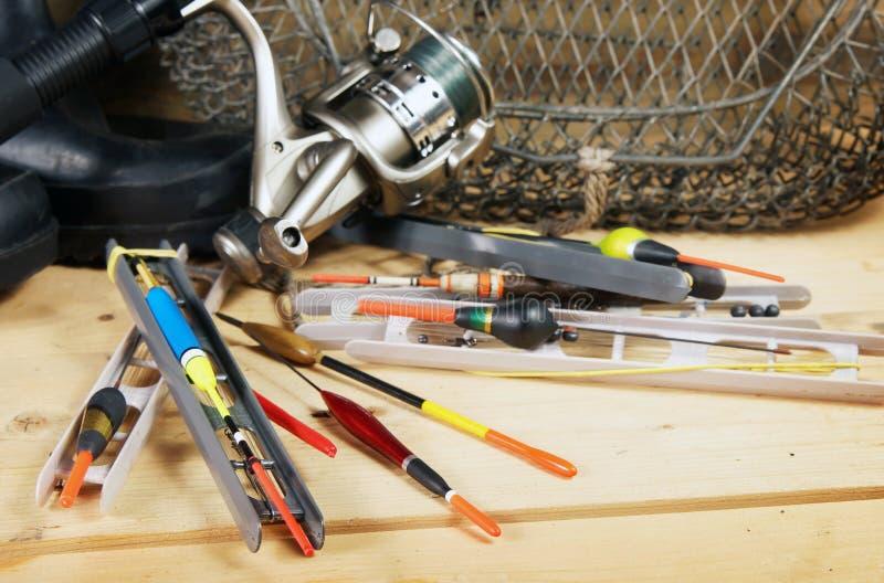 Composizione con i vari galleggianti di pesca ed altre attrezzature fotografie stock