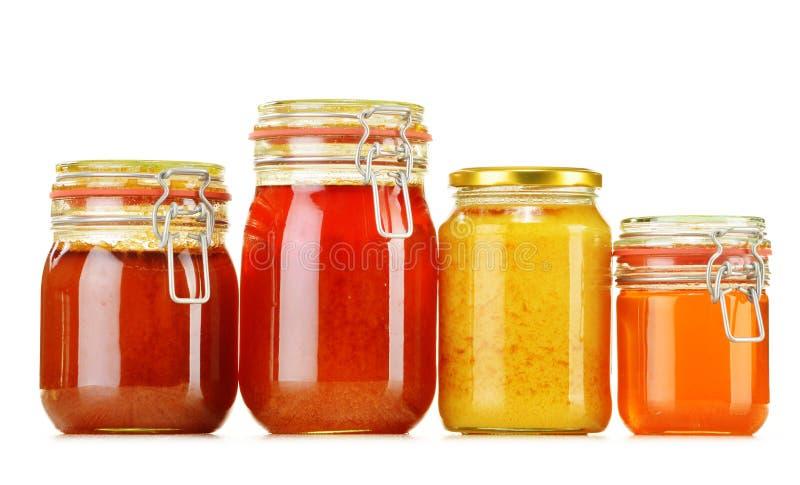 Composizione con il barattolo di miele su bianco immagini stock libere da diritti