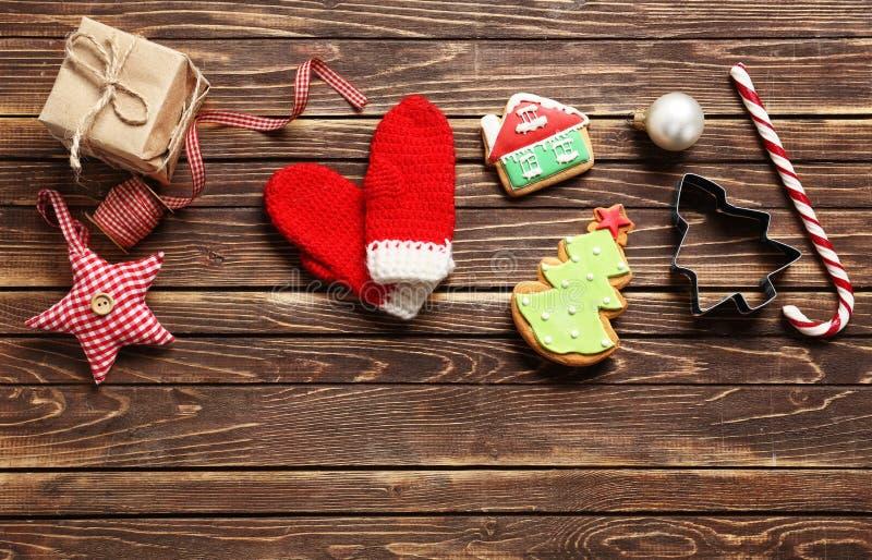 Composizione con il contenitore di regalo e decorazioni di Natale su fondo di legno fotografia stock