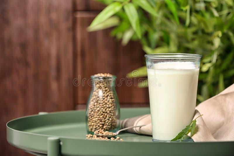 Composizione con il latte della canapa fotografia stock