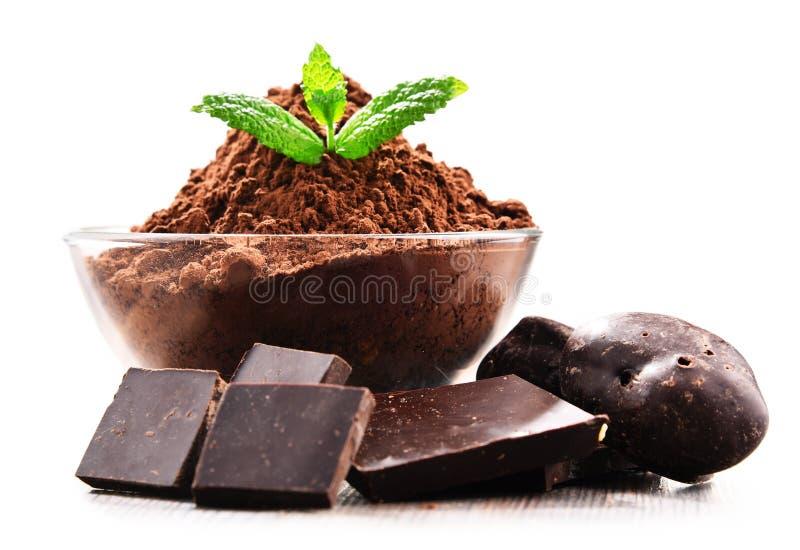 Composizione con la ciotola di cacao in polvere isolata su bianco immagine stock libera da diritti