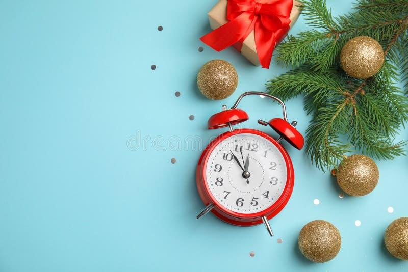 Composizione con la sveglia, il contenitore di regalo e le belle decorazioni sul fondo di colore conteggio di +EPS giorni 'lavora immagine stock libera da diritti