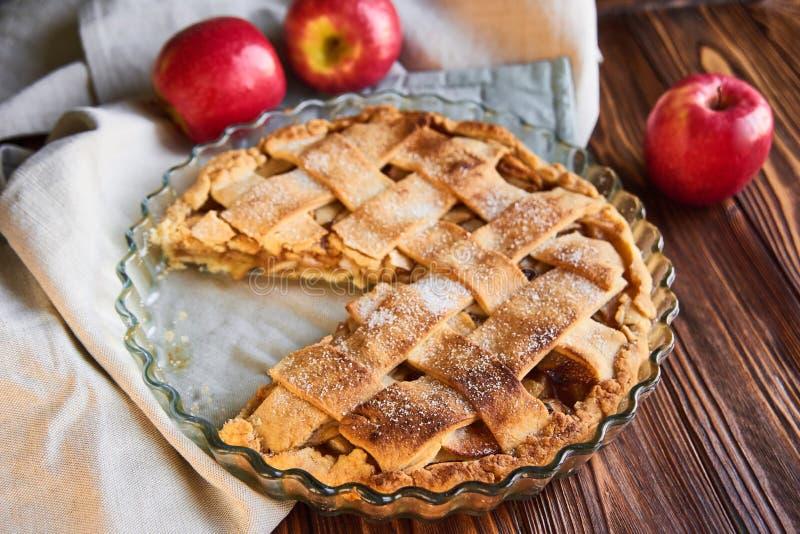 Composizione con la torta di mele saporita casalinga sulla tavola di legno mele Asciugamano di tela Priorit? bassa di legno fotografia stock