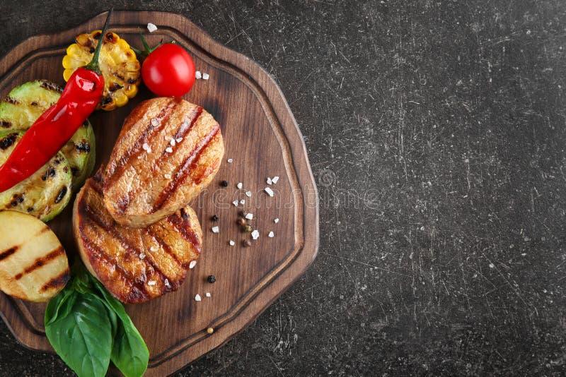 Composizione con le bistecche arrostite saporite fotografia stock libera da diritti