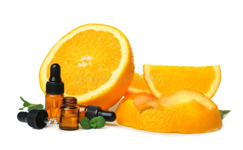 Composizione con le bottiglie di olio essenziale arancio immagine stock