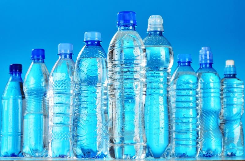 Composizione con le bottiglie di plastica assortite di acqua minerale fotografie stock