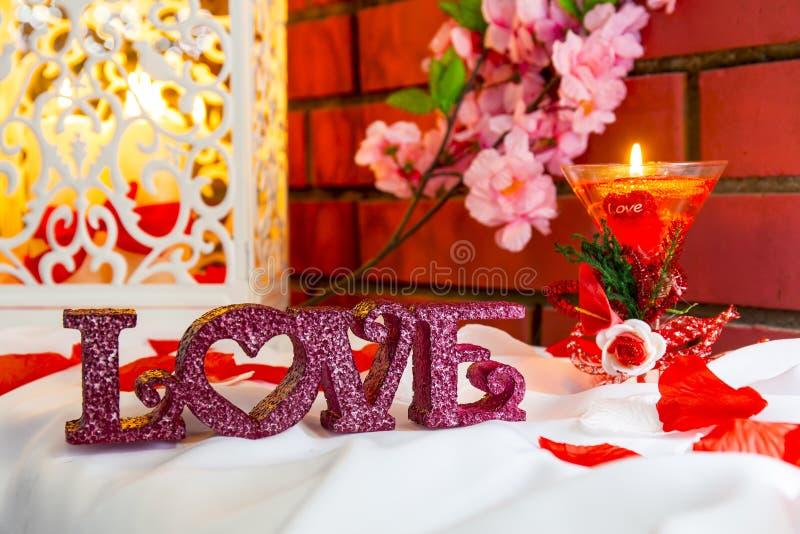 Composizione con le lettere e la candela di plastica di amore immagine stock libera da diritti