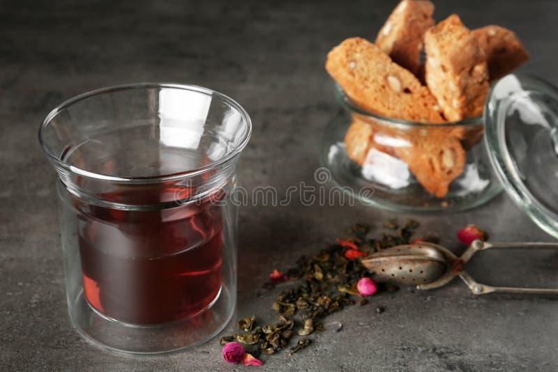 Composizione con vetro di tè aromatico caldo sulla tavola grigia fotografia stock