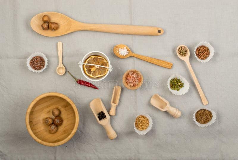 Composizione dai cucchiai di legno e dalle varie spezie immagine stock libera da diritti