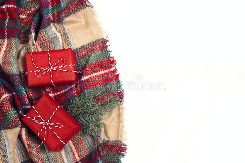 Composizione dall'alto in basso in Natale con il plaid, contenitore di regalo, branche dell'abete fotografie stock libere da diritti